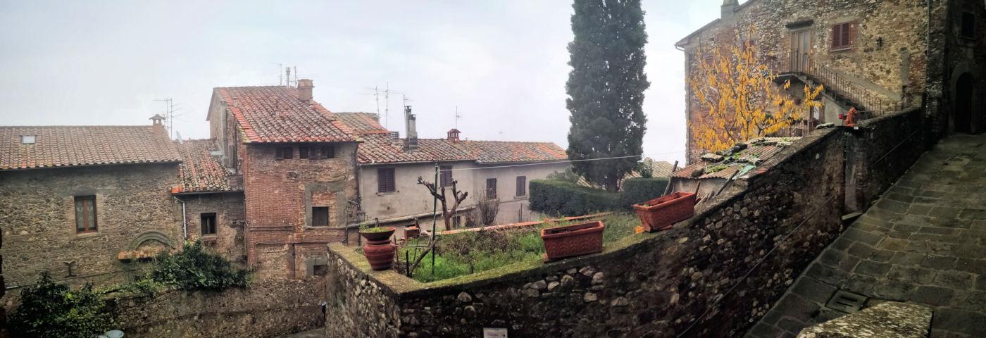 Arezzo e provincia viaggio itinerante in auto camper o roulotte Anghiari salita