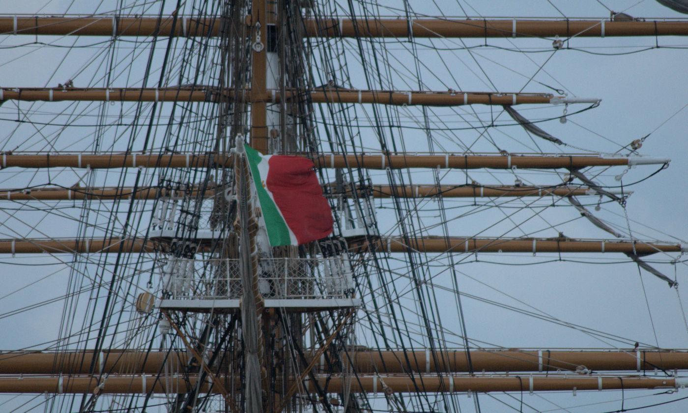 visitare l'amerigo Vespucci - Alberi e bandiera