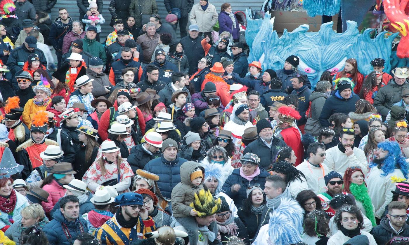 Raduno camper al carnevale di Santhià 2019 - folla