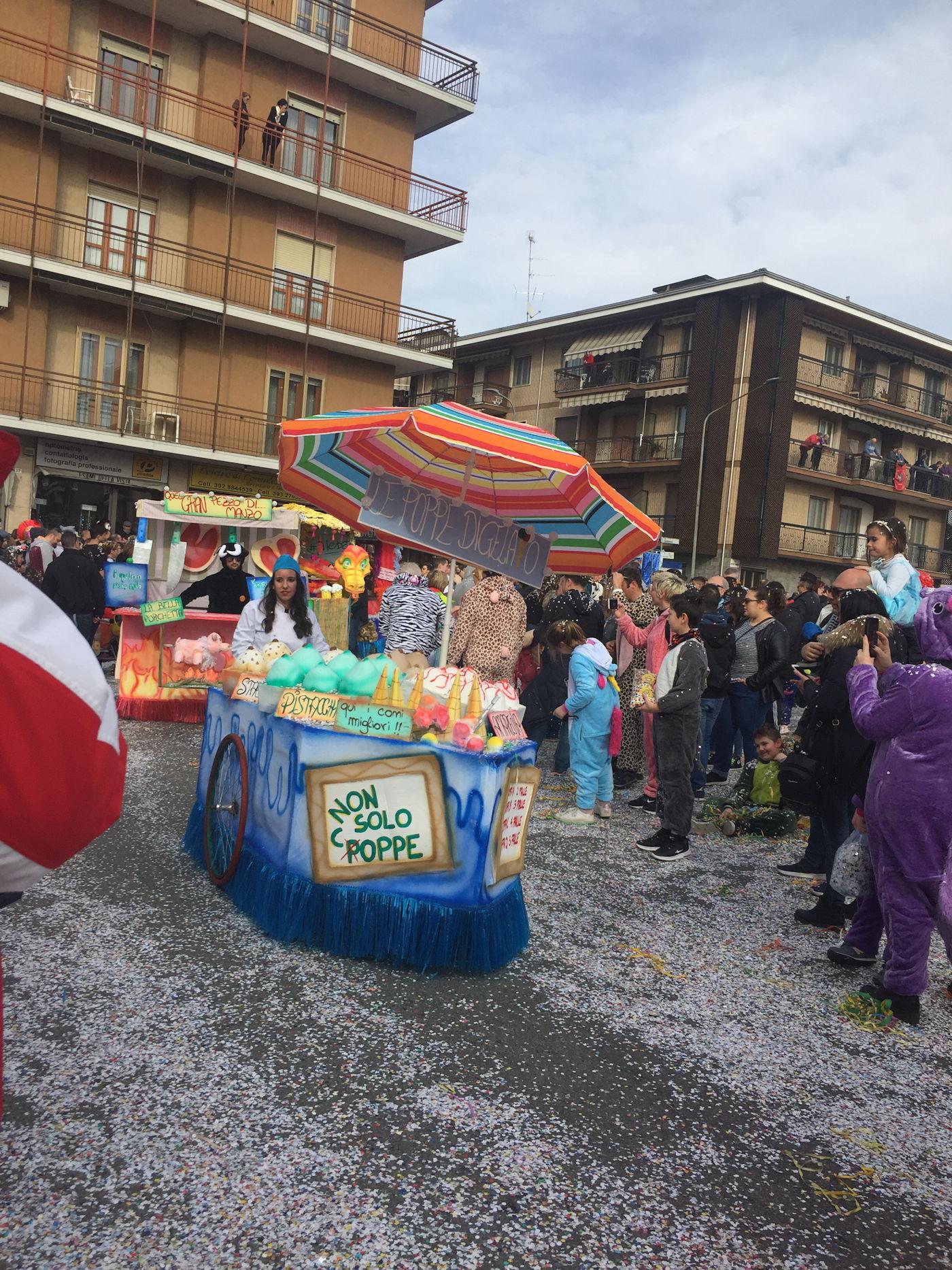 Carnevale di Santhià in camper - Sfilata maschere carro Santhià