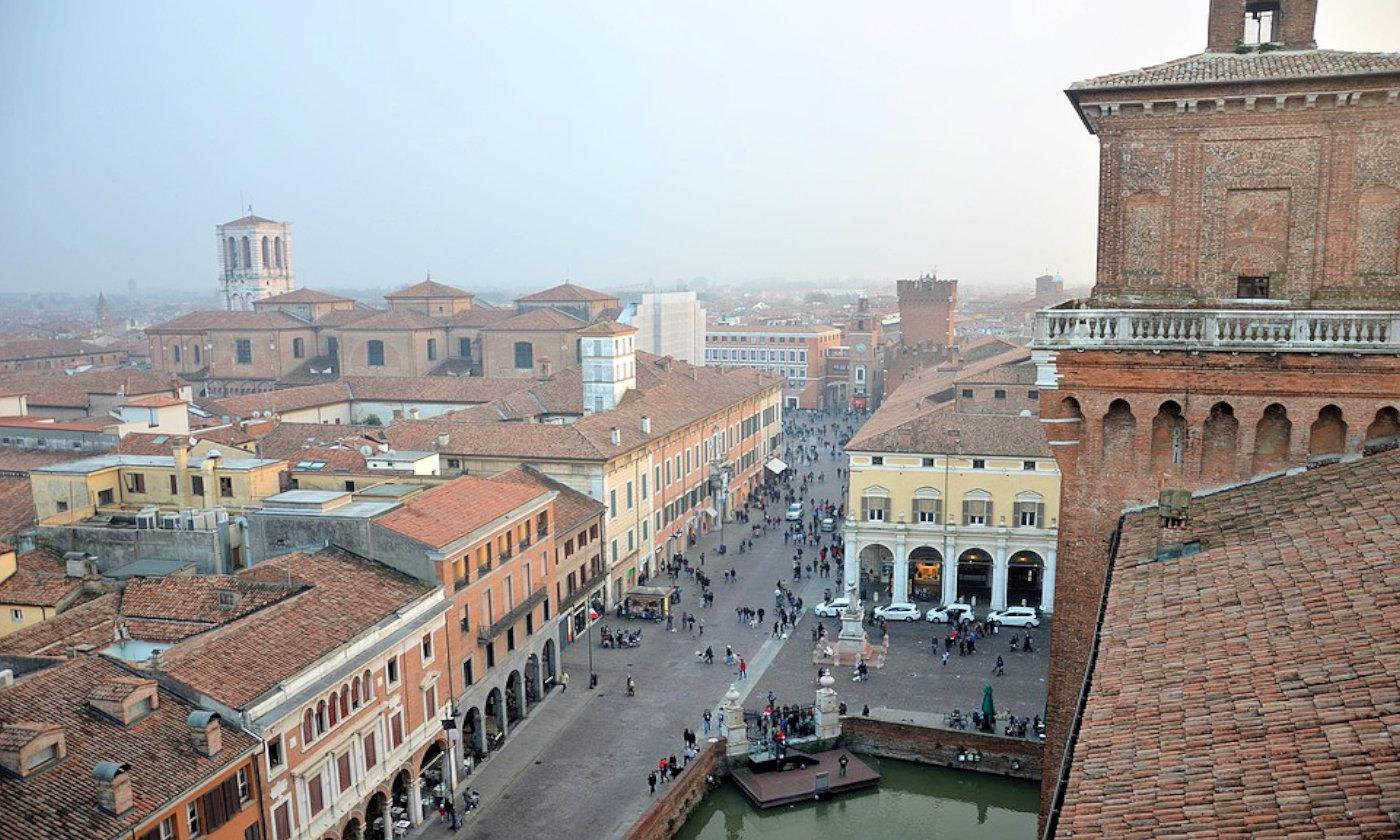 Ferrara in camper - Ferrara copertina da Castello estense