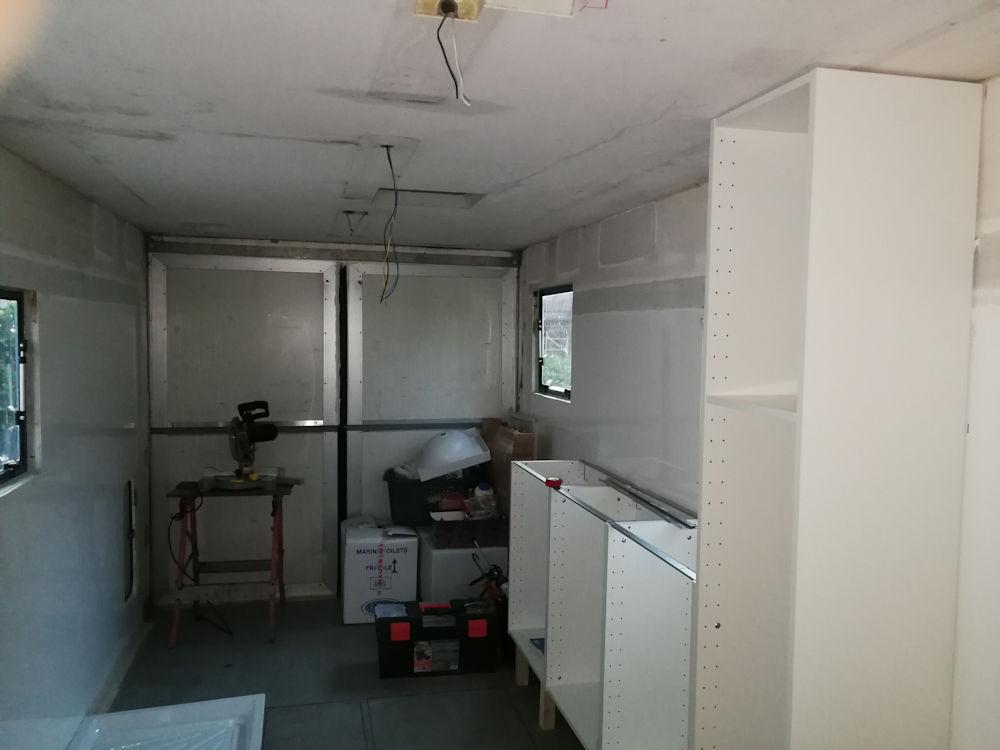 Continua poi la costruzione degli impianti delle utenze, quelli per il riscaldamento, l'impianto elettrico e quello del gas. Montiamo i mobili e i pensili della cucina che abbiamo acquistato in un grande store e che abbiamo dovuto modificare uno ad uno.