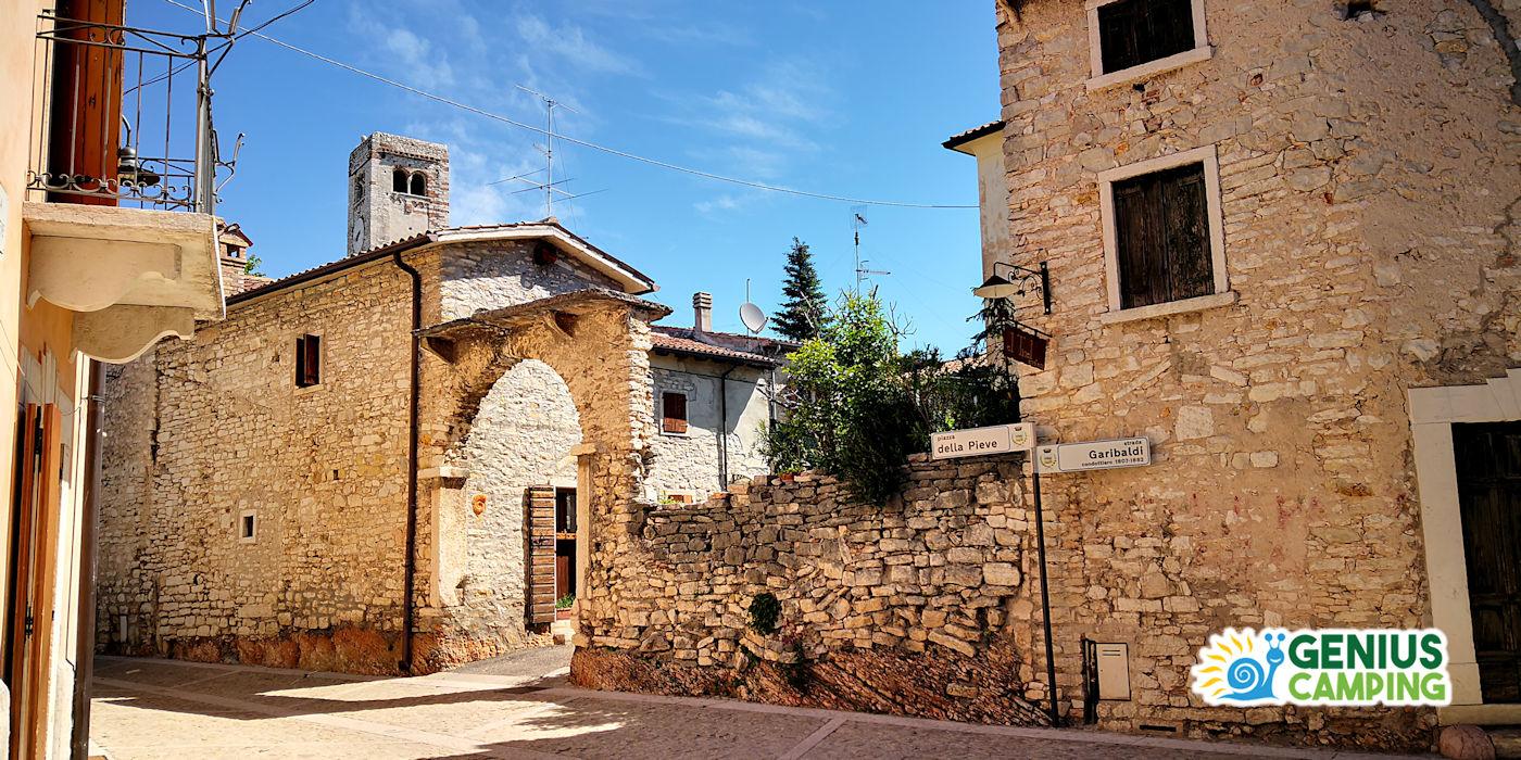 Arroccato sulla collina, il borgo di San Giorgio è formato da case in sasso costruite con la stessa pietra calcarea su cui le loro fondamenta poggiano. Il borgo si sviluppa attorno alla piazzetta principale da cui si può godere di una gradevole brezza e di una vista indimenticabile.