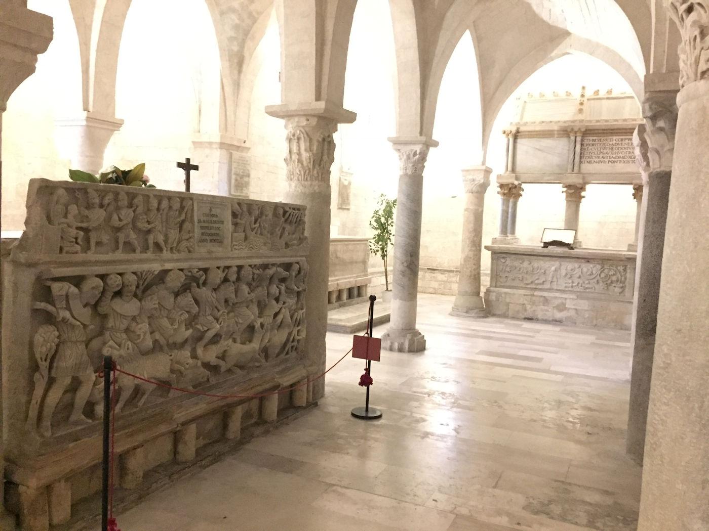 In camper nelle Marche Osimo - Cattedrale di San Leopardo sarcofago