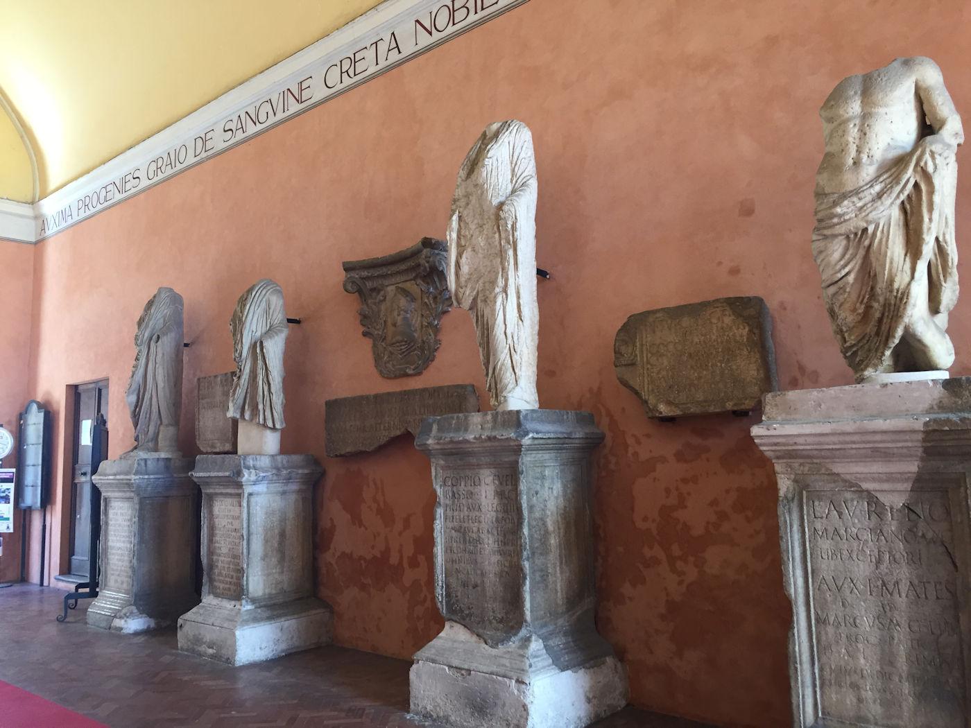 In camper nelle Marche Osimo - Palazzo comunale lapidarium