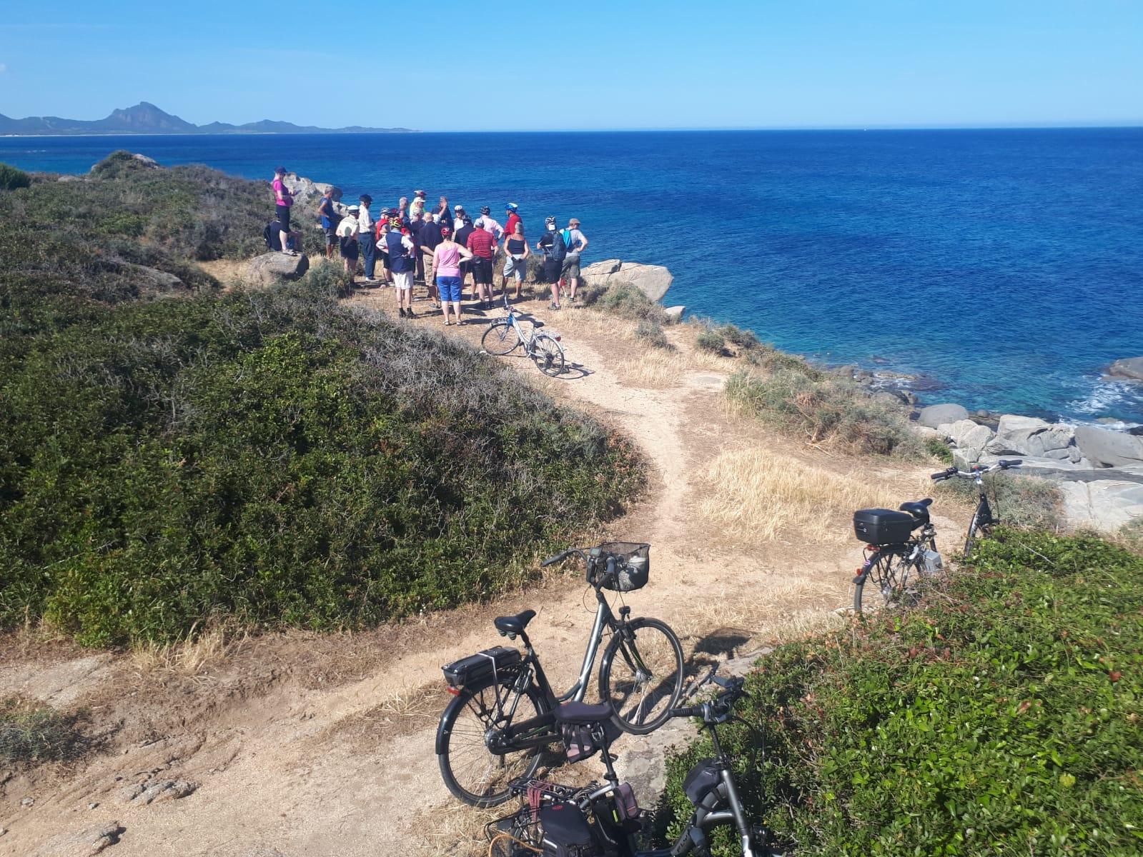 Settimane Sarde al Camping Capo Ferrato in Sardegna in bici sulla spiaggia